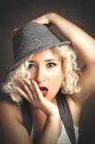 Красивая женщина в шляпе с красными губами, стиле дела стоковое изображение