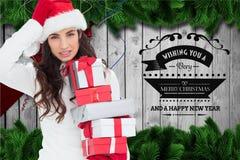 Красивая женщина в шляпе santa держа подарки рождества Стоковое Изображение