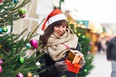 Красивая женщина в шляпе santa держа 2 присутствующих коробки на chris Стоковые Изображения RF