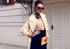 Красивая женщина в элегантном пальто с аксессуарами Стоковое Изображение