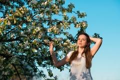 Красивая женщина в blossoming яблонях стоковое фото rf