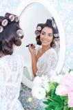 Красивая женщина в curlers волос кладет дальше состав утра Стоковые Изображения RF