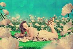 Красивая женщина в fairy саде стоковая фотография