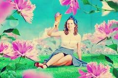 Красивая женщина в fairy саде стоковые фотографии rf