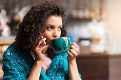 Красивая женщина говоря smartphone в столовой Стоковые Фотографии RF