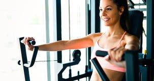 Красивая женщина делая тренировки комода Стоковое Изображение