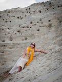 Красивая женщина лежа на песке Стоковая Фотография RF