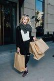 Красивая женщина держащ хозяйственные сумки стоковая фотография