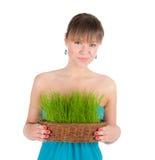 Красивая женщина держа корзину пасхи с зеленой травой Стоковые Фотографии RF