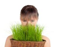Красивая женщина держа корзину пасхи с зеленой травой Стоковое фото RF
