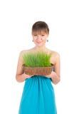 Красивая женщина держа корзину пасхи с зеленой травой Стоковое Изображение