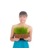 Красивая женщина держа корзину пасхи с зеленой травой Стоковые Фото