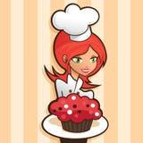 Красивая женщина держа красное пирожное бархата Стоковая Фотография RF