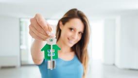 Красивая женщина держа ключи дома стоковое фото