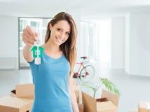 Красивая женщина держа ключи дома стоковые фото