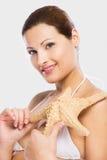 Красивая женщина держа морскую звёзду стоковое фото