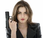 Красивая женщина держа оружие на белой предпосылке стоковые фото