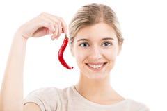 Красивая женщина держа перец красных чилей Стоковое Изображение RF