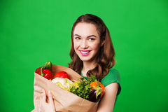 Красивая женщина держа сумку полный овощей Стоковые Изображения