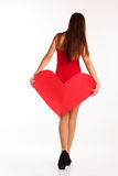 Красивая женщина держит большое бумажное красное сердце Стоковое Изображение RF