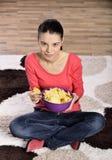 Красивая женщина есть высококалорийную вредную пищу стоковые изображения