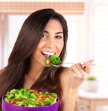Красивая женщина есть салат Стоковая Фотография RF