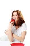 Красивая женщина есть свежий торт клубники стоковое фото rf