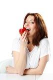 Красивая женщина есть свежий торт клубники стоковые изображения