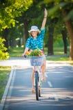 Красивая женщина ехать велосипед в природе стоковая фотография rf