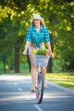 Красивая женщина ехать велосипед outdoors Стоковые Фотографии RF