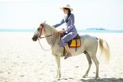 Красивая женщина ехать лошадь на пляже стоковые изображения rf