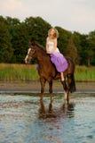 Красивая женщина ехать лошадь на заходе солнца на пляже Молодое bea Стоковое Изображение RF
