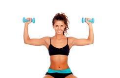 Красивая женщина делает тонизировать тренировки с гантелями стоковое фото rf