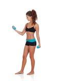 Красивая женщина делая весы для того чтобы тонизировать ее мышцы стоковые изображения rf