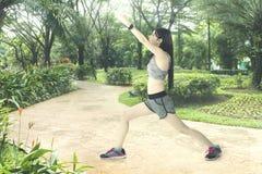 Красивая женщина делая протягивать в парке Стоковые Фото