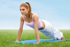 Красивая женщина делая протягивающ тренировку против природы Backgro Стоковая Фотография RF