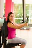 Красивая женщина делая тренировки комода в спортзале Стоковая Фотография RF