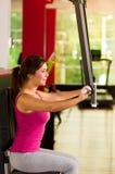 Красивая женщина делая тренировки комода в спортзале Стоковое Фото