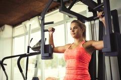 Красивая женщина делая тренировки комода Стоковое Изображение RF