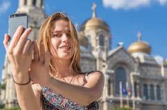 Красивая женщина делая selfie Стоковое Фото