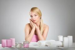 Красивая женщина за таблицей с свечами и полотенцами Стоковые Изображения
