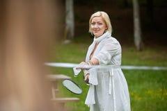 Красивая женщина играя бадминтон Стоковое фото RF