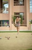 Красивая женщина играя игру Boules Стоковые Изображения RF