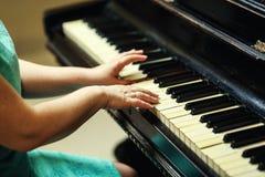 Красивая женщина играя рояль, конец вверх женщины вручает играть pi Стоковое Изображение