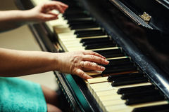 Красивая женщина играя рояль, конец вверх женщины вручает играть pi Стоковые Изображения