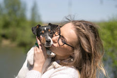 Красивая женщина играя с ее собакой напольный портрет серия стоковое фото rf