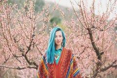 Красивая женщина идя среди цветя деревьев Стоковые Изображения