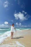 Красивая женщина имея потеху на пляже Стоковые Изображения
