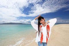 Красивая женщина имея потеху на пляже Стоковые Фото