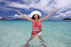 Красивая женщина имея потеху на пляже Стоковое фото RF